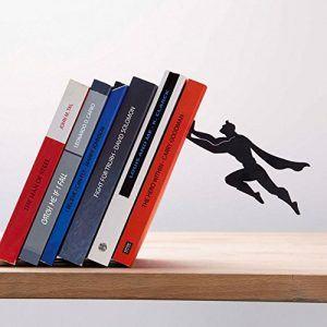 Sujetalibros de Superman evitando que caigan los libros