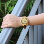 reloj de pulsera analógico de bambú con correa de cuero