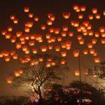 Farolillos voladores - Sky Lanterns volando por el cielo