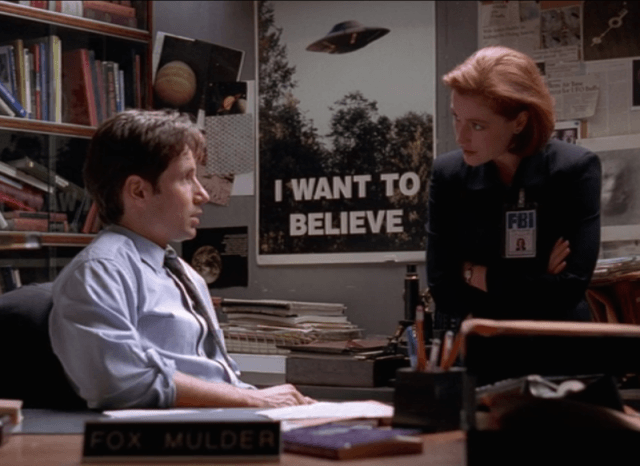 """Despacho de Fox Mulder y Dana Scully con el póster """"I Want to believe"""" de Expediente X"""