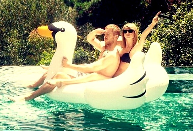 Taylor Swift en un flotador de cisne gigante