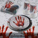 Vajilla, servilletas y mantel sangrientos - Vista de la mesa